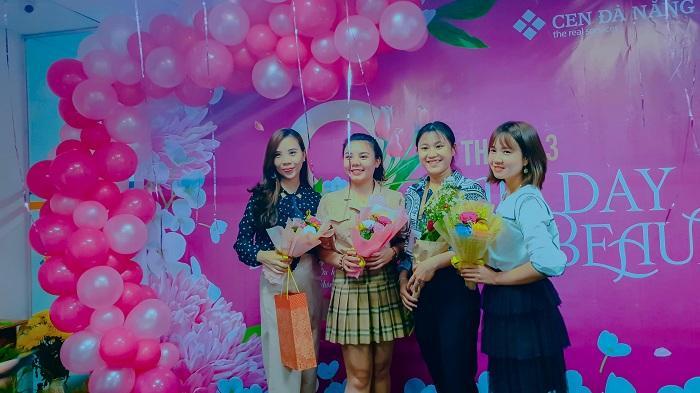 Các chị em Cen Đà Năng vui vẻ cầm những bông hoa được tặng