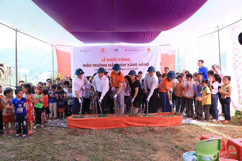 Các đại biểu thực hiện nghi thức khởi công điểm trường Xắng Hằng
