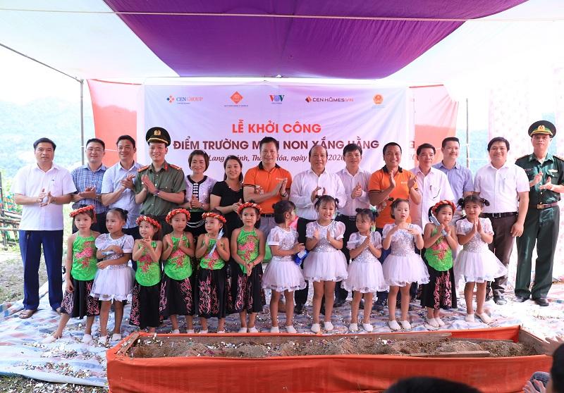 Các đại biểu chụp ảnh kỷ niệm cùng các em học sinh trường Xắng Hằng