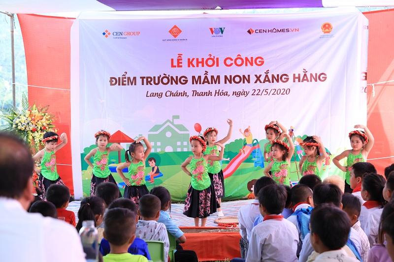Các em học sinh trường Mầm non Xắng Hằng biểu diễn tại sự kiện