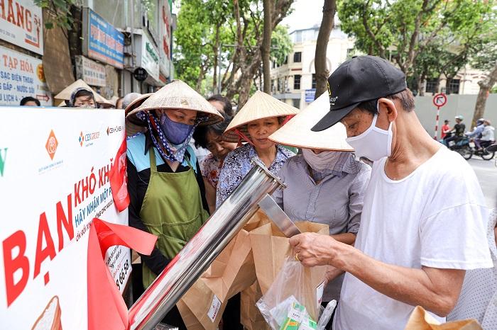 Những người đến nhận gạo hầu hết là người cao tuổi, bà con, người lao động có hoàn cảnh khó khăn