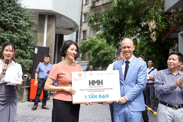 Đại diện Công ty Cổ phần Thương mại HMH Việt Nam ủng hộ 1 tấn gạo cho cây ATM gạo