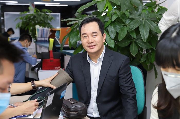 Chủ tịch CenGroup - Nguyễn Trung Vũ cũng tích cức tham gia hiến máu