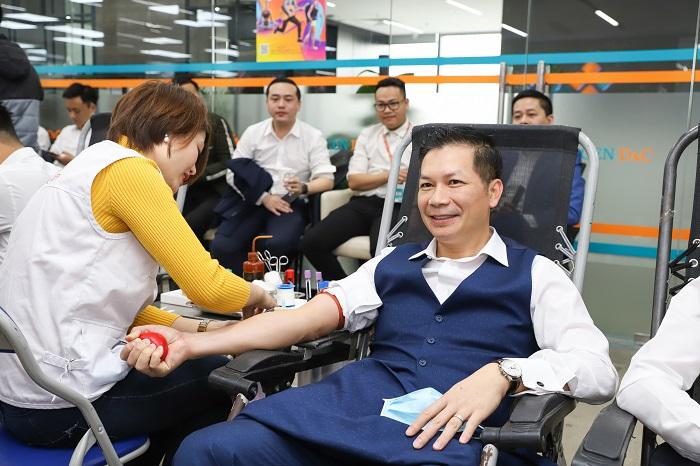 Phó chủ tịch CenGroup - Phạm Thanh Hưng tham gia hiến máu